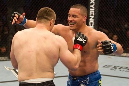 UFC keppendur faðmast eftir bardaga